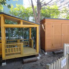 園庭にできたプレイハウス風オープンログハウスと木製物置(東京都・文京区)