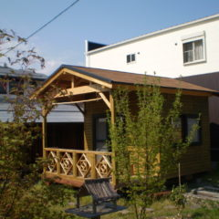 ナチュラルなお庭にぴったり。デザインフェンスのログハウス(岐阜県 下呂市)