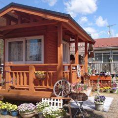 花で周りを彩られた1坪のログタイニーハウス!ウッドデッキ付で雰囲気バツグン