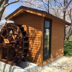 ログハウスに水車小屋?!1坪ログハウスに存在感が出ています